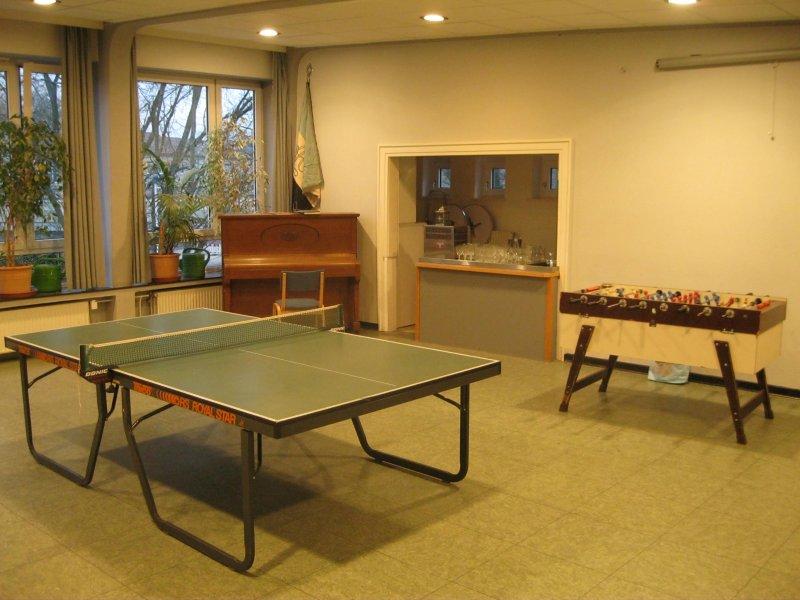 Großer Saal mit Tischtennisplatte