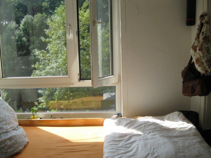 Zimmer Obergeschoss mit großem Fenster