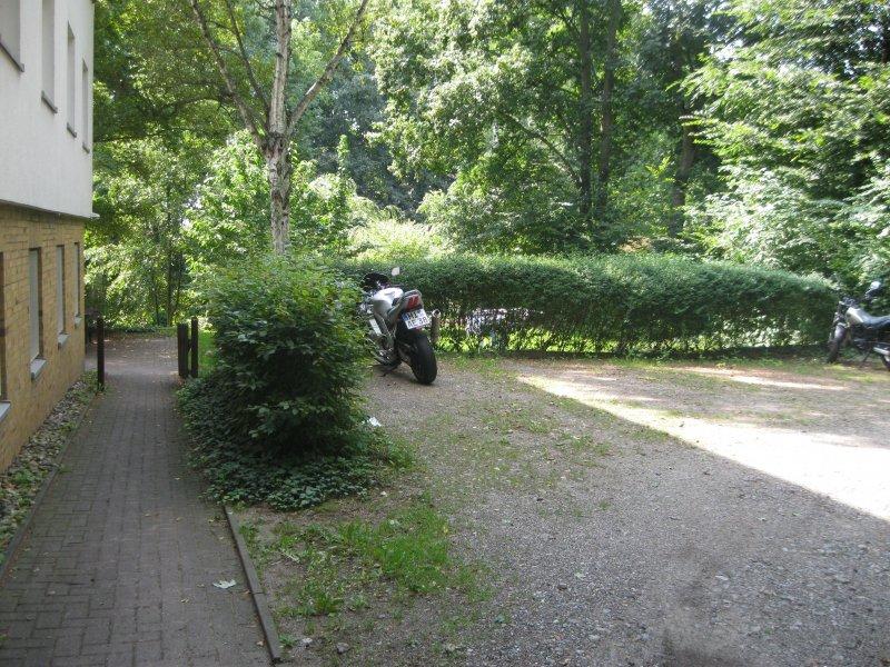 Studentenwohnheim Seiteneingang, Parkplatz