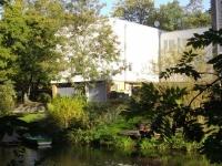 Studentenwohnheim vom Ufer gegenueber